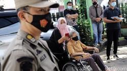 Vaksinasi COVID-19 mulai dilakukan kepada kelompok lansia di DKI Jakarta. Salah satu lokasi pemberian vaksin di Puskesmas Pondok Pinang, Jaksel.