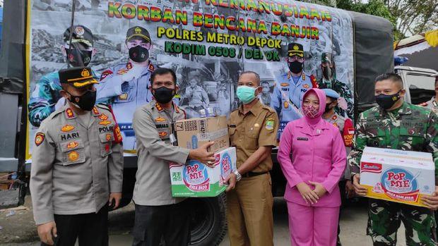 Persit Kartika Chandra dan Bhayangkari salurkan bantuan ke warga korban banjir Pebayuran, Kabupaten Bekasi, Senin (22/2/2021).
