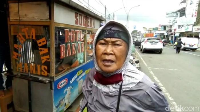 PKL di Lembang mengeluhkan jam operasional PPKM Mikro Bandung Barat