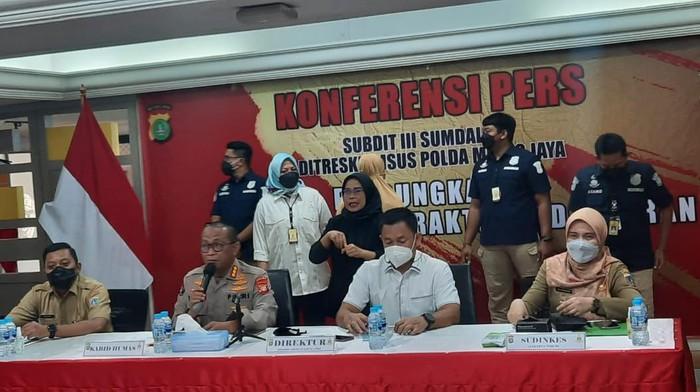 Polda Metro Jaya gerebek klinik kecantikan ilegal dan tangkap dokter palsu di Jaktim. Klinik Zevline Skin Care ilegal dan dokter kecantikan palsu.