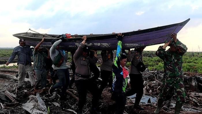 Polisi bersama tim gabungan meninjau area revitalisasi kanal di lahan gambut untuk cegah karhutla