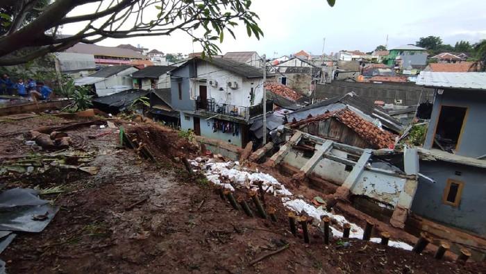 Rumah yang temboknya roboh di Kemang Timur, Jaksel ternyata milik ibunda Dino Patti Djalal.