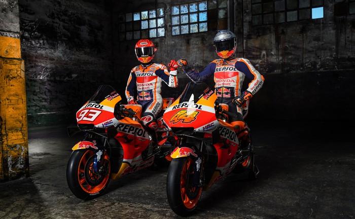 Repsol Honda resmi meluncurkan motor barunya untuk MotoGP 2021. Dua pebalapnya Marc Marquez dan Pol Espargaro hadir dalam peluncuran tersebut.