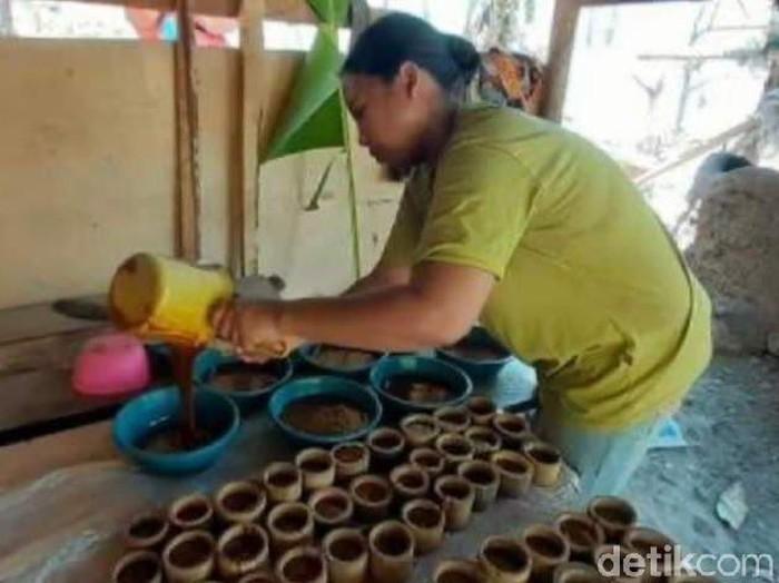 Seorang perajin asal Pangandaran tengah mencetak gula.
