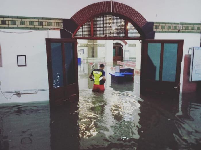 Stasiun Tawang Semarang kebanjiran