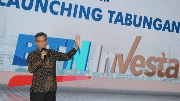 Plt. Direktur Utama PT Bank Tabungan Negara (Persero) Tbk. Nixon LP Napitupulu bersama Direktur Distribution and Retail Funding Bank BTN Jasmin kompak menunjuk layar peluncuran Tabungan Investa di sela peluncuran produk Tabungan BTN Investa di Jakarta, Selasa (23/2). Bank BTN meluncurkan produk tabungan dengan keuntungan lebih tersebut untuk menjawab kebutuhan investasi kalangan menengah atas, profesional muda, hingga pelaku usaha. BTN optimistis mampu meraih dana segar senilai Rp3 triliun melihat potensi kalangan menengah atas di Indonesia yang mencapai lebih dari 52 juta orang.