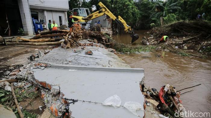 Banjir yang menerjang kawasan Kemang pada 20 Fenruari 2021 lalu membuat tembok salah satu rumah warga di aliran Kali Krukut roboh.