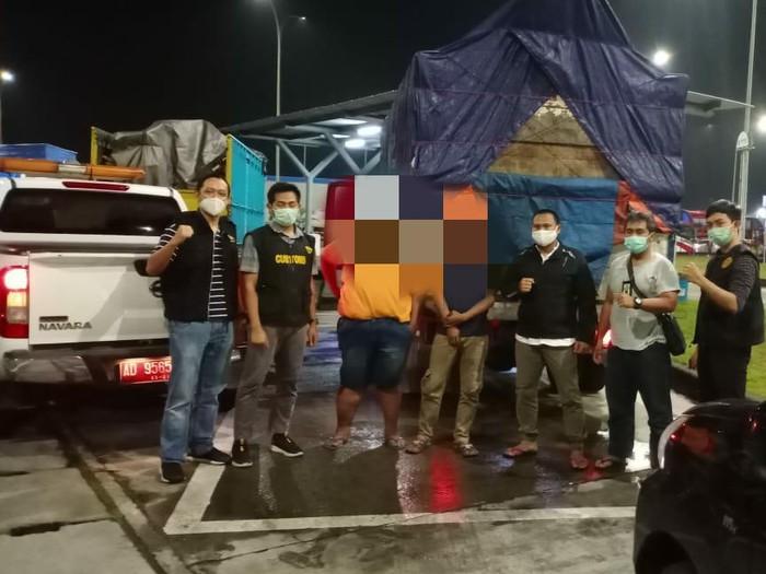 Truk bermuatan jutaan batang rokok ilegal diamankan di rest area Tol Solo-Ngawi, Masaran, Sragen, Selasa (23/2/2021).