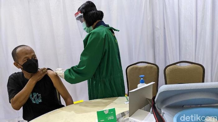 Vaksinator menyuntikan vaksin Covid-19 kepada jurnalis di Gedung Penunjang KPK Merah Putih, Jakarta, Selasa (23/2/2021). Selain kepada jurnalis, KPK juga memberikan vaksin Covid-19 kepada pegawai, tahanan serta pihak eksternal di lingkungan KPK.