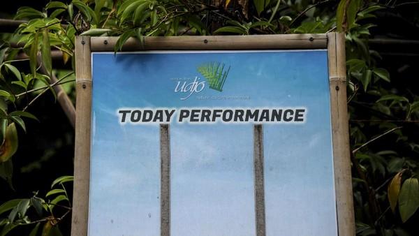Berlokasi di Jalan Padasuka nomor 118, Bandung, Jawa Barat, Saung Angklung Udjo biasanya menggelar lima kali pertunjukan angklung dalam sehari. Pertunjukannya pun banyak diminati pelajar, wisatawan domestik maupun mancanegara.