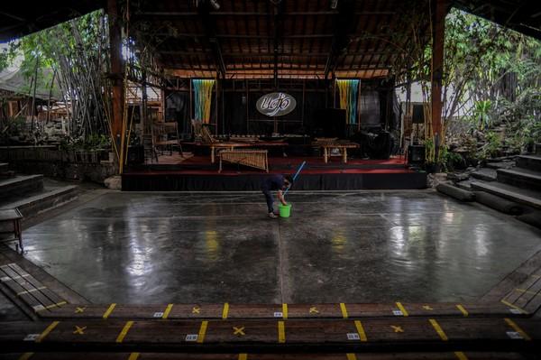 Saung Angklung Udjo tampak sepi. Tempat yang biasanya digunakan untuk pertunjukan kesenian Sunda ini mulai ditinggalkan penonton karena COVID-19. Foto: ANTARA FOTO/RAISAN AL FARISI