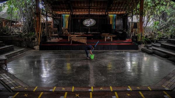 Saung Angklung Udjo (SAU) dikenal sebagai tempat pertunjukan, pusat kerajinan tangan dari bambu dan bengkel instrumen musik Sunda. Tempat ini juga berfungsi sebagai laboratorium pendidikan dan pusat belajar musik tradisional, khususnya angklung.