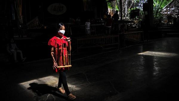 Selama Pemberlakuan Pembatasan Kegiatan Masyarakat (PPKM) di Pulau Jawa dan Bali sejak Januari lalu, Saung Angklung Udjo sama sekali tidak menggelar pertunjukan. Kekosongannya diisi oleh generasi ke-4 dari Udjo Ngalagena untuk berlatih.