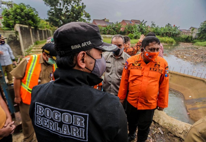 Wali Kota Bogor Bima Arya saat memimpin briefing kesiapsiagaan bencana bersama jajaran Badan BPBD, Dinas PUPR Kota Bogor, serta Satgas Ciliwung di Kayumanis, Tanah Sareal