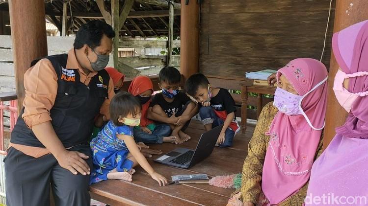 Warga Desa Tanggan di Sragen pasang internet mandiri. Ada 176 rumah dikelola Bumdes bekerja sama dengan operator
