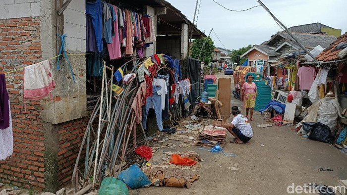 1.166 ton sampah muncul pasca banjir di sejumlah titik Karawang