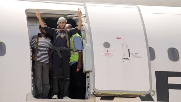 Satu demi satu, kamar-kamar terdalam pesawat kepresidenan Libya, yang saat itu ditempati oleh milisi pemberontak Kalashnikov, diungkap rahasianya. Ada bak mandi air panas, bioskop pribadi, kamar tidur utama berlapis cermin, dan banyak lagi