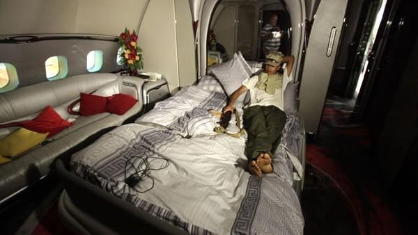 Dari luar, Airbus A340-200 tampak seperti pesawat lain dari maskapai penerbangan Libya, Afriqiyah Airways. Jet pribadi ini memang sangat pas dijuluki istana terbang Khadafi.