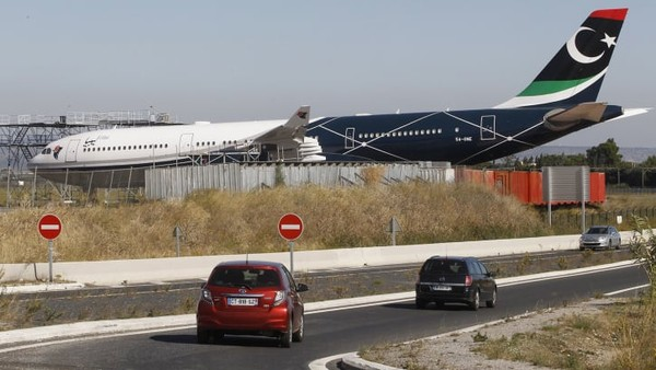 Nasib kurang baik menimpa pesawat kepresidenan diktator Libya, Muammar Khadafi. Jet pribadinya kini teronggok berdebu di balik semak.