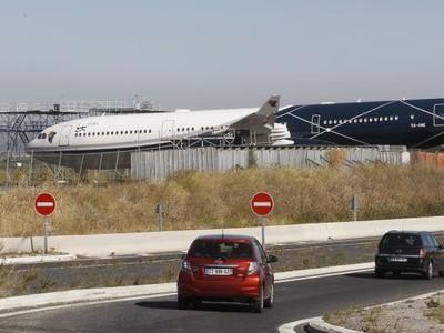 Melihat Istana Terbang Diktator Libya, Kini Teronggok di Balik Semak