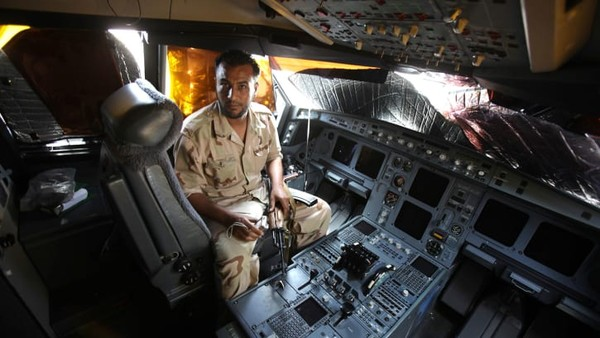 Pasukan pemberontak yang menguasai bandara negara itu merebut hadiah utama. Mereka telah menguasai salah satu simbol kekuasaannya yang paling mencolok, Airbus A340-200.