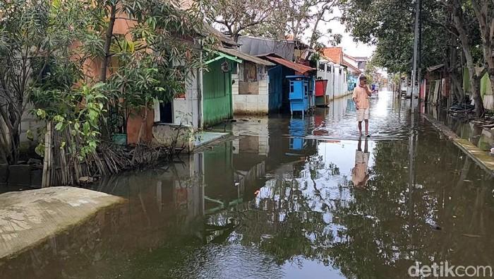 Banjir di Pekalongan mulai surut. Meski begitu, air tampak masih menggenang di sejumlah titik. Berikut penampakannya.