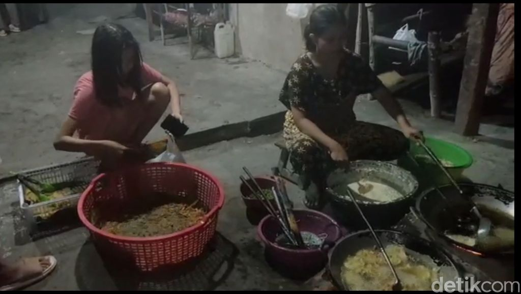 Cukup Bayar Rp 5 Ribu untuk Nikmati Lontong Sayur Yu Wur yang Sedap