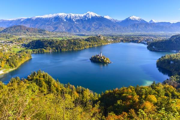Di tengah Danau Bled, Slovenia, berdiri Gereja Maria Ratu dari abad ke-15. Ya, gereja ini berada di sebuah pulau kecil di tengah danau.(Getty Images/istock)