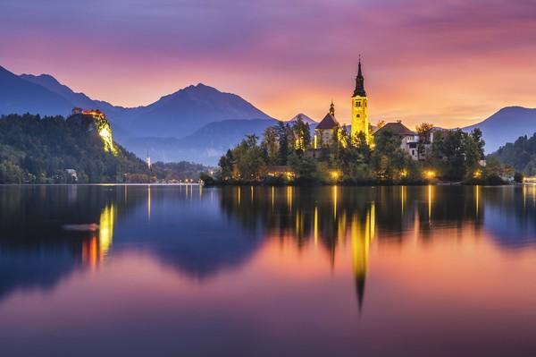 Saking indahnya, pemandangan pulau di tengah danau mirip negeri dongeng.(Getty Images/istock)