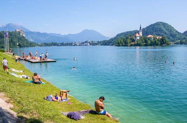 Dari pinggir danau, warga maupun wisatawan bisa menikmati keindahan pulau tersebut. (Getty Images/istock)
