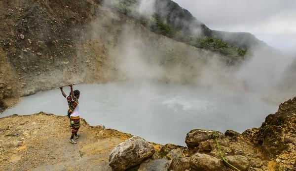 Boiling Lake yang berada dalam kawasan Taman Nasional Morne Trois Pitons, sebenarnya merupakan danau vulkanik. Danau yang terbentuk dari letusan gunung berapi di zaman dulu, serta disinyalir aliran magma di dasar tanahnya masih sangat kuat. Taman Nasional Morne Trois Pitons memang memiliki banyak sumber mata air panas dan gunung-gunung berapi yang masih aktif.