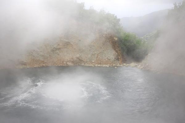 Inilah Boiling Lake yang artinya jelas: Danau Mendidih!