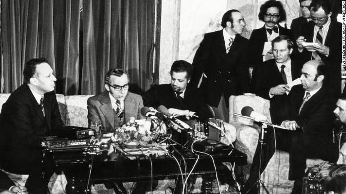 Menteri Perminyakan Arab Saudi Ahmed Zaki Yamani (ketiga dari kiri)