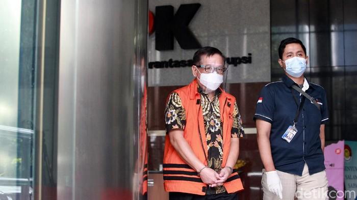 Tersangka korupsi, Handoko Setiono dan Melia Boentaran menuju mobil tahanan di Gedung KPK Jakarta, Rabu (24/2/2021) usai menjalani pemeriksaan.