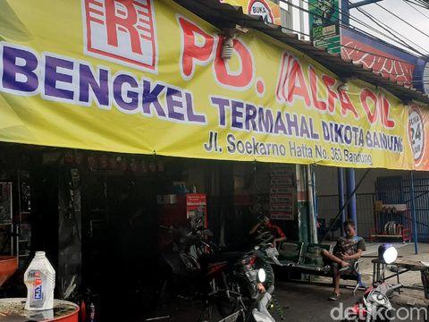 Pemotor di Bandung dibikin penasaran dengan 'bengkel termahal di Kota Bandung'. Meski di spanduk tertulis bengkel termahal, bengkel itu justru ramai pelanggan.