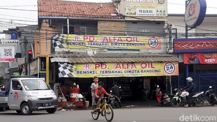 Pemotor di Bandung dibikin penasaran dengan bengkel termahal di Kota Bandung. Meski di spanduk tertulis bengkel termahal, bengkel itu justru ramai pelanggan.