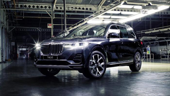 BMW Indonesia membuktikan komitmennya dengan mempeluas rangkaian kendaraan rakitan dalam negeri. Ini salah satu yang teranyar.  Setelah peluncuran 3 varian terbaru rakitan dalam negeri di awal tahun 2021, hari ini BMW Indonesia kembali perkuat rangkaian kendaraan BMW X dengan luncurkan model flagship BMW X7 xDrive40i Opulence dan varian tertinggi dari BMW X3 dengan memperkenalkan BMW X3 xDrive30i M Sport.