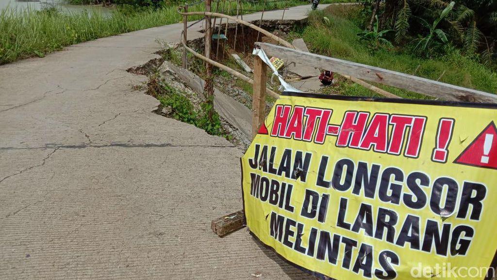 Jalan Penghubung 2 Kecamatan di Pandeglang Ambles, Akses Warga Terhambat