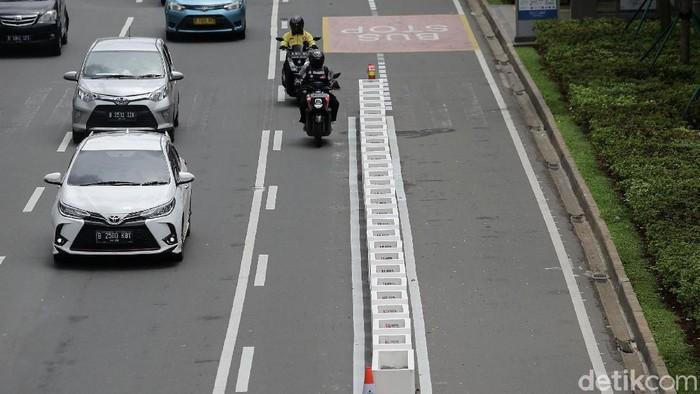 Pemprov DKI Jakarta mulai mempermanenkan jalur sepeda di Jalan Sudirman-Thamrin, Jakarta Pusat. Begini potret pembatas jalur sepeda yang mulai terpasang.