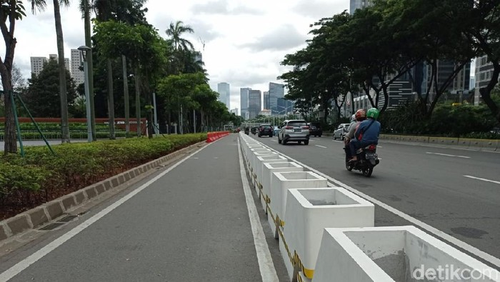 Jalur sepeda permanen di Jl Sudirman Jakarta