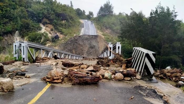 Jembatan di Jalur Trans Papua putus akibat diterjang banjir (dok. Istimewa).