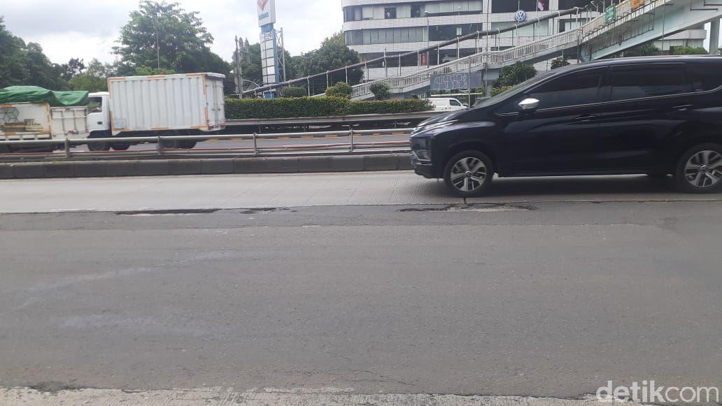 Jl MT Haryono-Gatsu sekitar Pancoran rusak, 24 Februari 2021. (Afzal Nur Iman/detikcom)