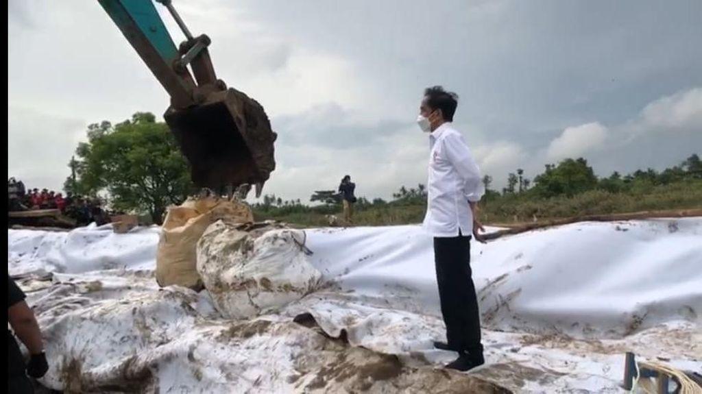 Jokowi Tinjau Tanggul Sungai Citarum yang Jebol