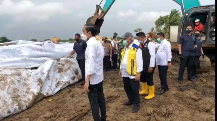 Jokowi tinjau tanggul Sungai Citarum yang jebol (Foto: Tangkapan layar video dok. Agus Suparto)