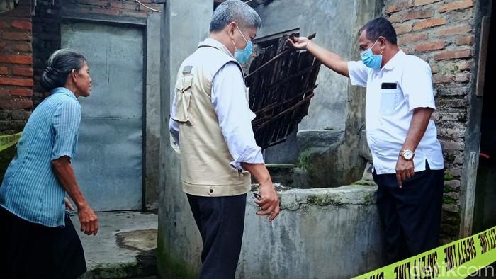 Tim ahli geologi UPN Veteran Yogyakarta teliti belasan sumur warga yang ambles di Klaten. Dugaan sementara, amblesnya sumur tidak berkaitan dengan gempa bumi.