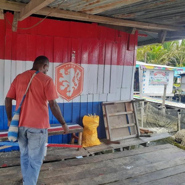 Seperti rumah yang satu ini, bagian dinding depannya diberi warna bendera Belanda karena yang punya fans klub sepak bola Belanda. (Hari Suroto)