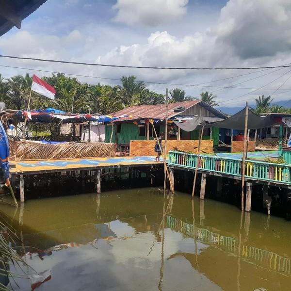 Kampung warna-warni ini berada di atas Danau Sentani alias terapung.(Hari Suroto)