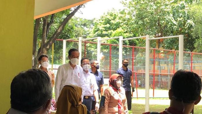 Ke SMAN 70 Jakarta, Jokowi Pantau Vaksinasi COVID untuk Guru