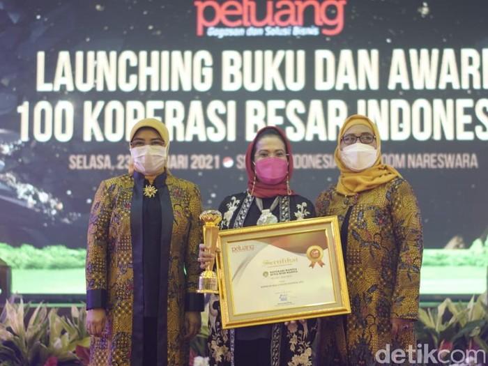 Ketua Umum Koperasi Setia Budi Wanita (SBW) Malang Sri Untari Bisowarno meraih penghargaan setelah organisasi yang dipimpinnya masuk kategori 100 koperasi besar Indonesia.