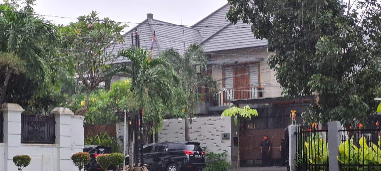 KPK geledah rumah diduga milik anggota DPR F-PDIP Ihsan Yunus terkait kasus bansos (Foto: Farih/detikcom)
